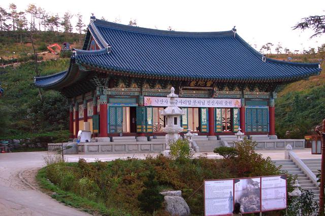 Đền Naksansa linh thiêng nằm gần với bờ biển Naksan