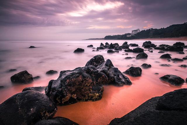 Biển Jungmun Saekdal có một khu vực với đá đen Jeju đặc trưng đầy ấn tượng